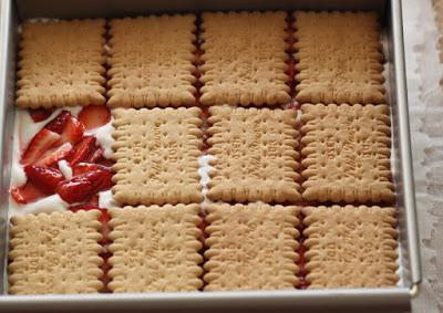 Comment préparer un Gâteau aux Petit Beurre et fraises sans cuisson etape 5