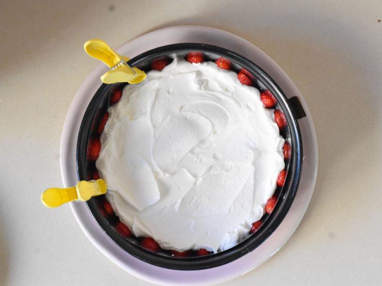Comment préparer le Gâteau aux fraises et crème fouettée en 10 minutes etape 3