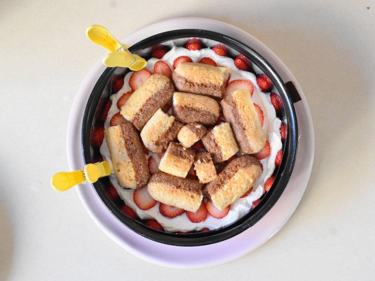 Comment préparer le Gâteau aux fraises et crème fouettée en 10 minutes etape 5