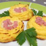 Nids de pommes de terre avec mozzarella et jambon cuit