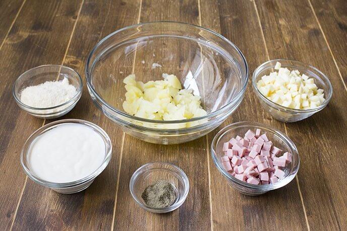 Pour la garniture, mélangez ensemble la moitié de la pulpe de pomme de terre