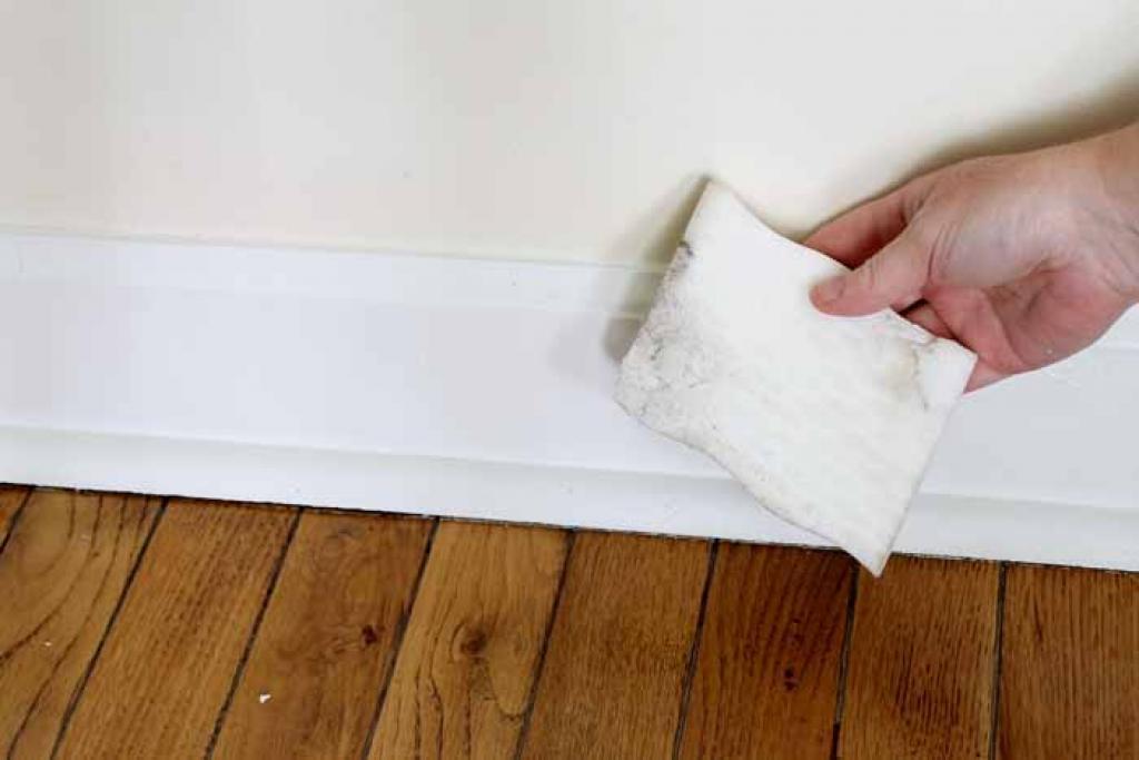 éponge Effaceur Magique est incroyablement efficace pour laver des plinthes au mur